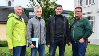 Setzen sich für einen Kunstrasen im Stadion Au ein (v. l.): Ruedi Glauser, Christian Arrigoni, Miro Barp und Alex Simmen. jam