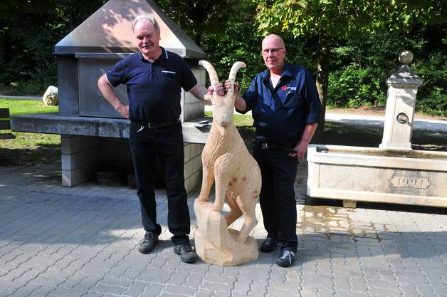 An den Hörnern packen: Der stellvertretende Revierförster Ruedi Kissling (links) wurde von Bürgergemeindepräsident Otto Jäggi mit diesem Steinbock aus Weymouhtsföhrenholz geehrt.
