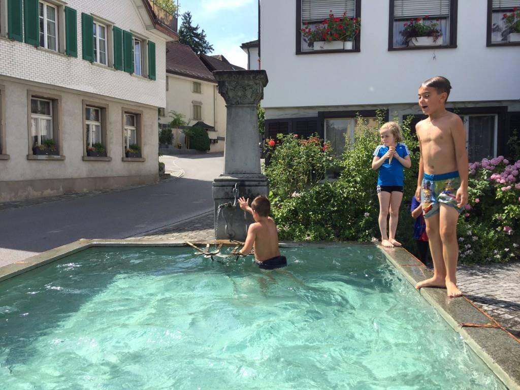Am Nachmittag tummeln sich die Kinder am Marbacher Brunnen, abends sind dann die Erwachsenen dran. (© FM1Today/Vanessa Kobelt)
