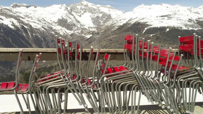 Gestapelte Stühle in den Bergen: Ausserhalb der Hochsaison bleiben die Leute weg. Foto: Keystone