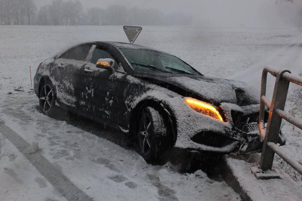 In Kriessern kollidierte ein Auto mit einem Metallzaun