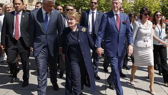 Gäste an der 20-Jahr-Feier zum Abzug der Serben aus dem Kosovo: Präsident Hashim Thaci, die ehemalige US-Aussenministerin Madeleine Albright und Ex-US-Präsident Bill Clinton.