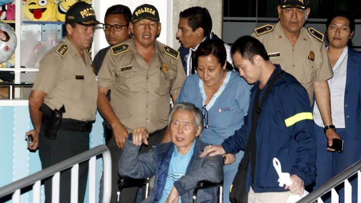 Die Begnadigung des ehemaligen Präsidenten Perus, Alberto Fujimori (Bildmitte), hat nun auch die Kritik eines Gerichtshofes auf sich gezogen. (Archivbild)