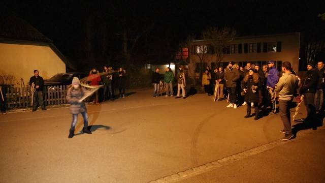 80 Hunzenschwiler Chlausklöpfer protestieren gegen Bordell-Betreiber