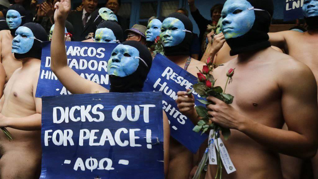 Diese Studenten gingen nackt auf die Strasse, um gegen die Umbettung von Marcos' Leiche in einen Heldenfriedhof zu demonstrieren.