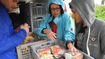 Radovan Simic (links) und Sonja Grässlin übergeben dem ökumenischen Seelsorgedienst für Asylsuchende Lebensmittel.