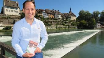 Der Aristauer Martin Rüfenacht mit seinem Buch an der Reuss in Bremgarten.