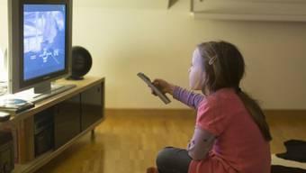 Die TV-Nutzung in der Schweiz ist seit Jahren rückläufig, am deutlichsten bei Deutschschweizer Kindern und Jugendlichen. Sassen sie 2013 im Schnitt über eine Stunde vor der Glotze, waren es 2018 nur noch 46 Minuten. (Archivbild)