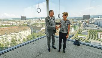 Hans-Peter Wessels (BS) und Sabine Pegoraro feiern an der Aufrichte des neuen Biozentrums der Uni Basel das gemeinsame Bauprojekt.