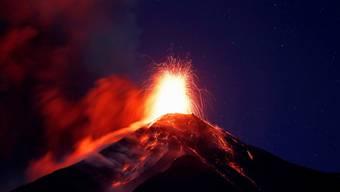 Der Feuervulkan (Volcan de Fuego) in Guatemala spuckt am Sonntag (Ortszeit) Asche und Lava.