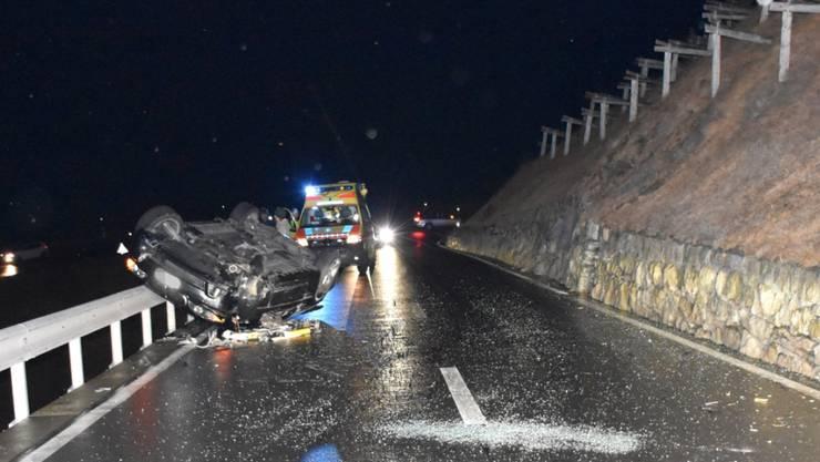 Ein 58-jähriger Autolenker ist bei einem Selbstunfall am Julierpass leicht verletzt worden.