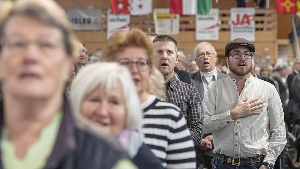 Delegiertenversammlung von Ende März abgesagt: Die SVP will ihre Mitglieder nicht dem Coronavirus aussetzen. Im Bild: DV beim Singen der Landeshymne am 25. Januar in Seedorf UR. (Archivbild)