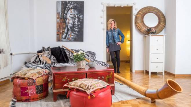 Eliana Burki (32) mit den Chihuahuas Miles und Lulu sowie ihrem ersten Alphorn in ihrer Zweizimmerwohnung in Zürich. Foto: Mario Heller