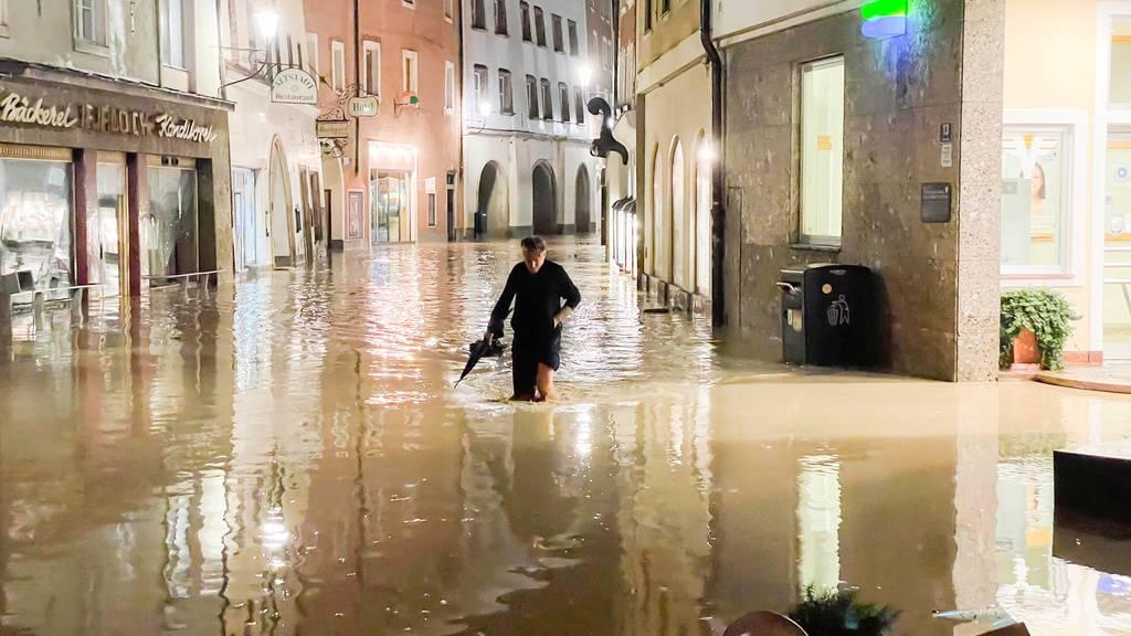 Flutwelle strömt durch österreichische Stadt