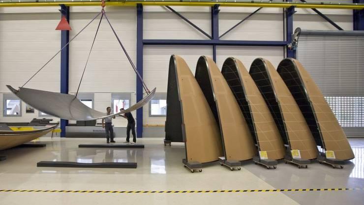 Mitarbeiter der Oerlikon Space AG in Zürich kontrollieren Nutzlastverkleidungen für Ariane 5 Trägerraketen. Solche werden nächsten Dienstag zusammen mit anderen Komponenten mit dem Satelliten EDRS-C in den Orbit reisen. (Archivbild)