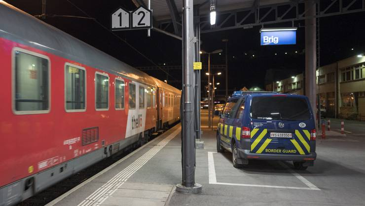 Der Nachtzug aus Venedig trifft in Brig ein, die Grenzwacht ist schon bereit.