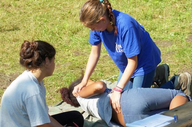 Erste Hilfe gehört im Pfadilager zur Ausbildung.