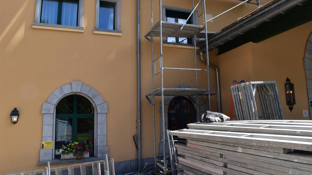 Bauarbeiter verletzt sich bei Sturz von Gerüst in Klosters
