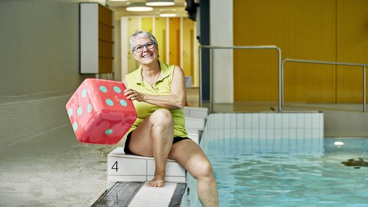 Im Hallenbad Geroldswil brachte Ursula Hintermeister über 1000 Kindern das Schwimmen bei. Bild: Colin Frei