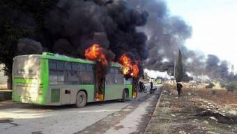 Ein von Bewaffneten in Brand gesetzter Bus in der Provinz Idlib, der für Evakuierungen gedacht war.