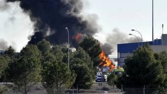 Rauch steigt auf, nachdem ein griechisches Kampfflugzeug über einem Nato-Stützpunkt in Spanien abstürzte.