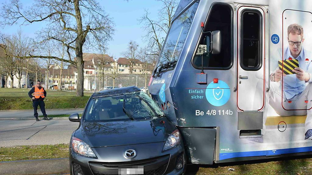 """Erneute Kollision mit """"Bipperlisi"""" in Solothurn: Der Regionalzug schob das Auto des 78-jährigen Lenkers mehrere Meter vor sich hin. Der Mann wurde leicht verletzt."""