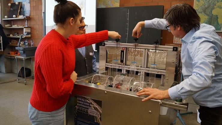 Thomas Fürst von Alpiq erzeugt mit den Schülerinnen und Schülern Strom aus PET-Flaschen-Wasserrädern.