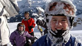 Spass und Bewegung im Schnee: der Bund erhöht auf kommenden Winter die Beiträge an die Skilager. (Archivbild)