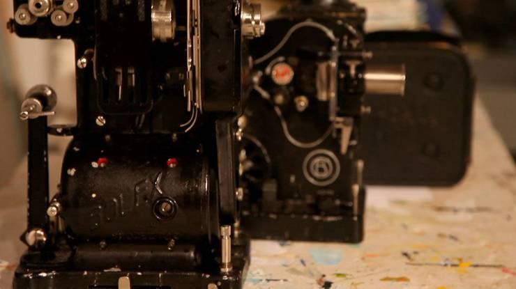 Die handliche Bolex ermöglichte es Frauen ab den 1950er-Jahren, autonom Filme zu machen. Die Avantgarde-Perlen unseres historischen Programms erkunden den emanzipatorischen Effekt der Schweizer Kultkamera. Er wirkt von der amerikanischen Pionierin Maya Deren über die Queer-Cinema-Ikone Barbara Hammer, die mit «Dyketactics» die lesbische Liebe auskundschaftete, bis in die Schweizer Filmschulen nach. Ein aktives und experimentelles Kino, das nahe am Körper überblendet, doppelt belichtet, sinnlich und immer in Bewegung ist!