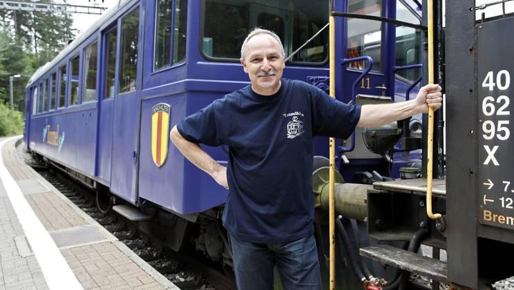 Der stolze Lokführer und Vereinspräsident Charly Zimmermann vor dem Triebwagen
