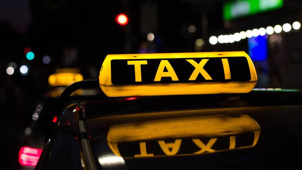 Der Taxifahrer wurde von drei Männern überfallen. (Symbolbild)