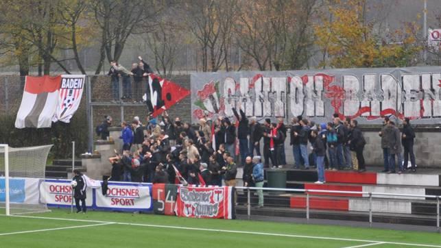 Die Fans, die sogenannten Badener Jungs, stehen mit ihren selbst gebastelten Fahnen immer hinter dem Tor.AEB