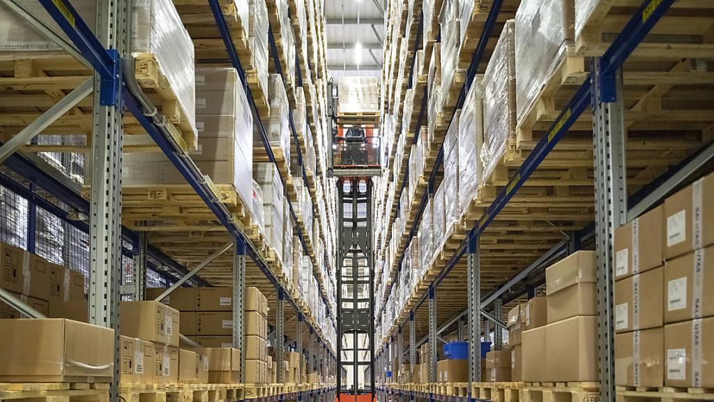 In erster Linie kommen positive Impulse für die Schweizer Konjunktur aus der Textilindustrie, der Chemie- und Pharmabranche und dem Kunststoffgewerbe. Im Bild das Hochregallager des Pharmaindustrie-Dienstleisters Alloga. (Archivbild)