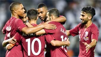 Ein Bild mit Seltenheitswert: Katars Fussballer freuen sich über den Sieg in einem Testspiel.