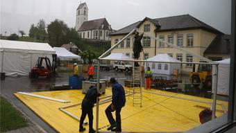 Während des Abbaus der Zelte auf dem Turnhallen-Gelände in Herznach am Montagmorgen setzte starker Regen ein. Dennis Kalt
