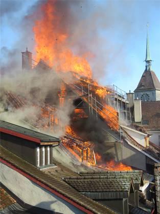 Weil an den Dächern der beiden betroffenen Häuser gerade Bauarbeiten liefen, standen sie leer. Verletzt wurde bei dem Brand niemand.