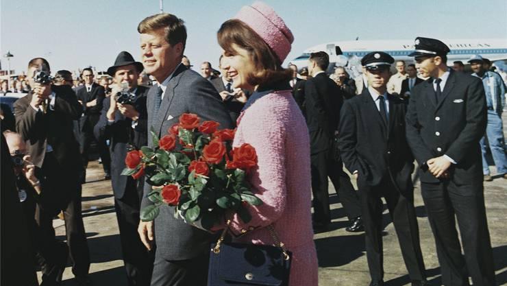 «Love Field» heisst das Flugfeld, der Ort ist Dallas. Das Kostüm der First Lady ist schon jetzt sichtbarer als der Körper des Präsidenten. Er wird den Tag nicht überleben. Das Kostüm irgendwie schon.