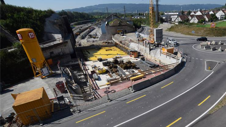 Gubrist-Baustelle in Weiningen: Hier entsteht der Autobahndeckel – darauf folgt nun der Bau des Rad- und Gehwegs samt Passerelle.