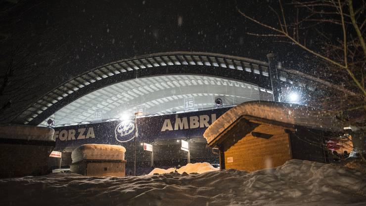 """Die """"Pista di Valascia"""" in Ambri. Im schneebedeckten Holzchalet befindet sich einer der zahlreichen Outdoor-Verpflegungstständen."""