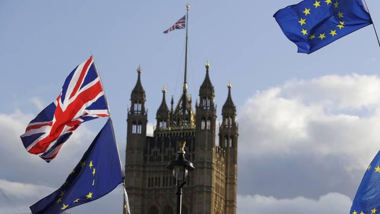 Das Brexit-Drama dauert an: Das britische Unterhaus hat Premierminister Boris Johnson dazu gezwungen, bei der EU eine erneute Brexit-Verschiebung zu beantragen. Johnson stellte den geforderten Antrag, machte aber gleichzeitig klar, dass er den Austritt bis zum 31. Oktober durchbringen will.