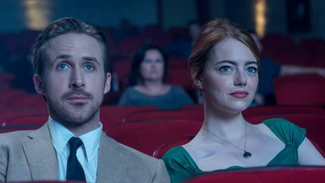 Sie schätzen es noch, das Kino-Erlebnis: Ryan Gosling und Emma Stone im Film «La La Land». Foto: Ascot Elite