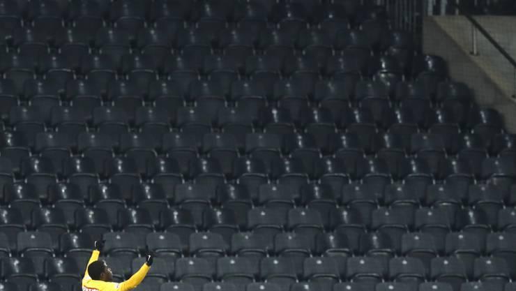 Einsamer Jubel: Roger Assalé schiesst YB vor fast leeren Rängen in den Cup-Halbfinal