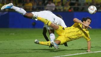 Maccabis Verteidiger Yoav Ziv in vollem Einsatz, hier gegen Braun Ideye von Dynamo Kiev.