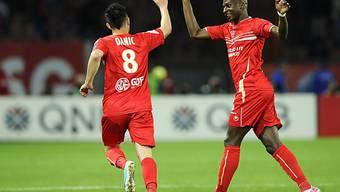 Valenciennes' Gael Danic (links) jubelt mit Teamkollege Sankhare.