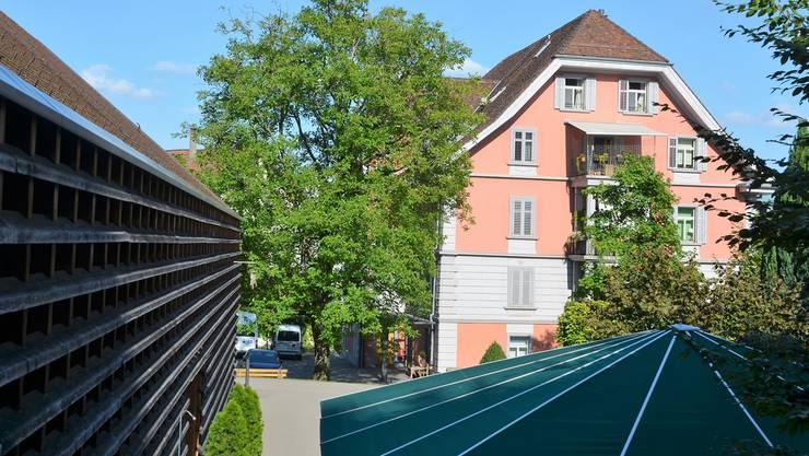 Das Wohnheim Roth-Haus mit Beschäftigungsstätte (links) erhält bis im Sommer 2020 mit einem Anbau die stark gefragten Einzelzimmer.