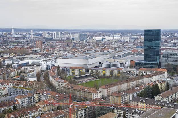 Blick vom Roche Trum Bau 1 auf Die Messe Basel und den Messeturm