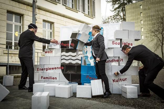 ... haben vor dem Grossratsgebäude eine «Sparmauer» aufgestellt.