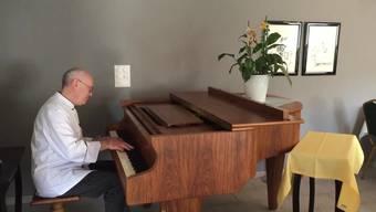 Der neue Wirt und Koch This Kundert spielt auf dem Flügel ein Stück, das er für seine Tochter geschrieben hat.