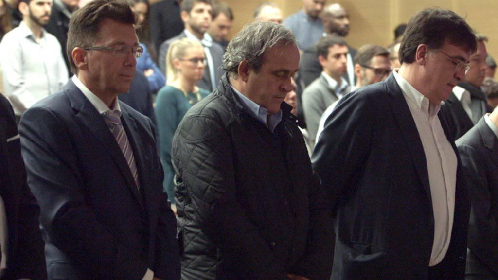 Der suspendierte UEFA-Präsident Michel Platini (Mitte) bei einer Schweigeminute für die Opfer der Terroranschläge in Paris.(Archiv) Platini reagierte wütend auf ein Statement des Sprechers der FIFA-Ethikkommission, wonach es einen Beleg für korruptes Verhalten Platinis gebe.