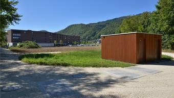 Unter diesen Schächten verbirgt sich das Regenklärbecken. Rechts im Bild ist die Steuerungszentrale zu sehen, im Hintergrund das Altersheim Sunnepark. Bruno Kissling